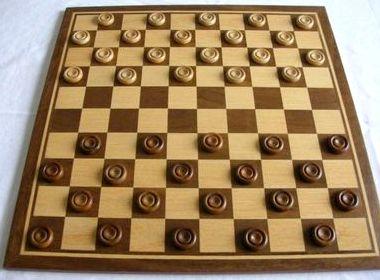Играть в стоклеточные шашки с компьютером бесплатно